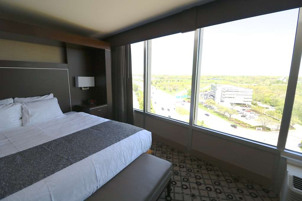 Best Western Premier Detroit Southfield Hotel - At the end of a long day, relax in our clean, fresh King Guest Room featuring a city view.