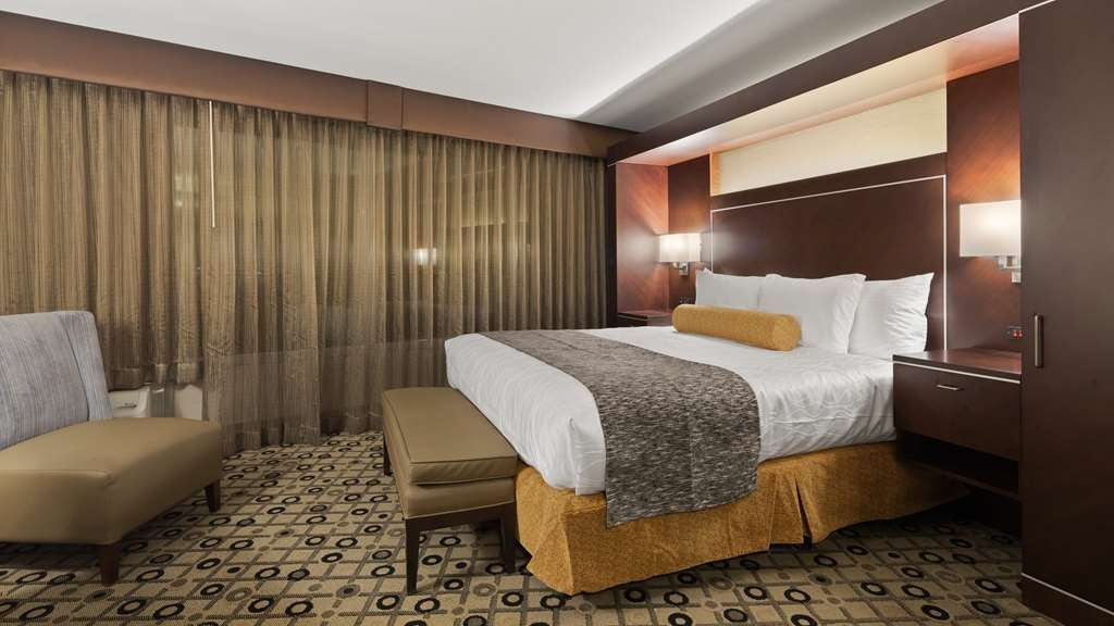 Best Western Premier Detroit Southfield Hotel - There's plenty of space in our King Guest Room for sleeping, eating and working.