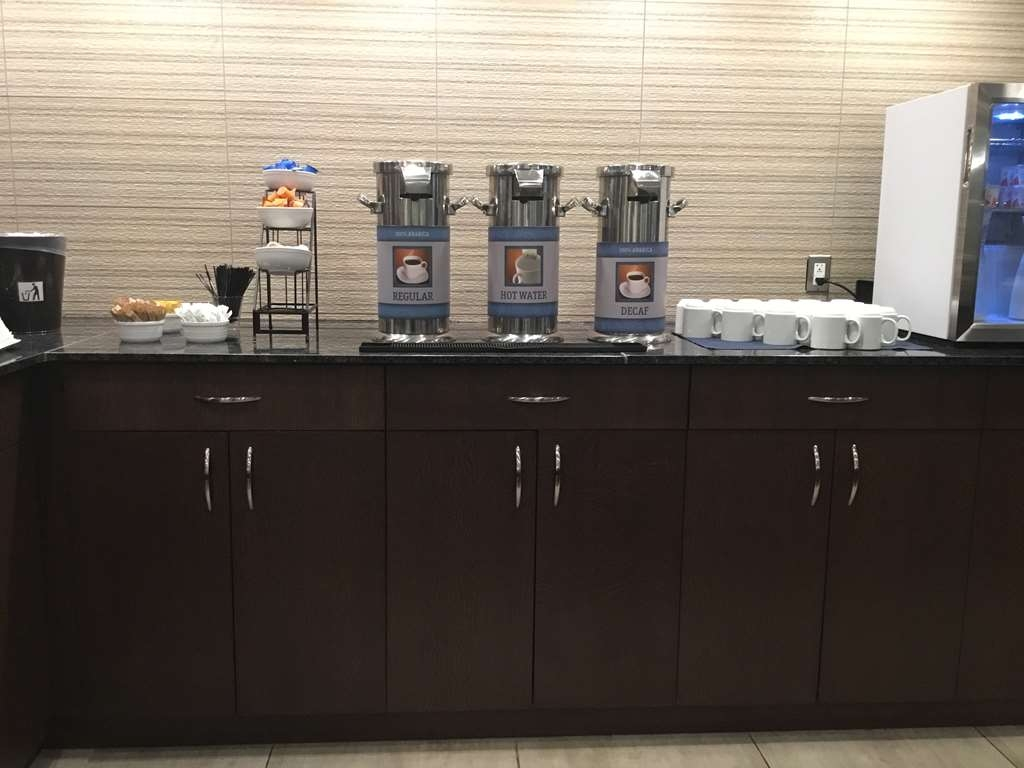 Best Western Premier Detroit Southfield Hotel - Enjoy some hot coffee while you prepare for your day.