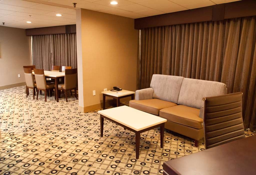 Best Western Premier Detroit Southfield Hotel - Relax with loved ones in the living area of our suites.