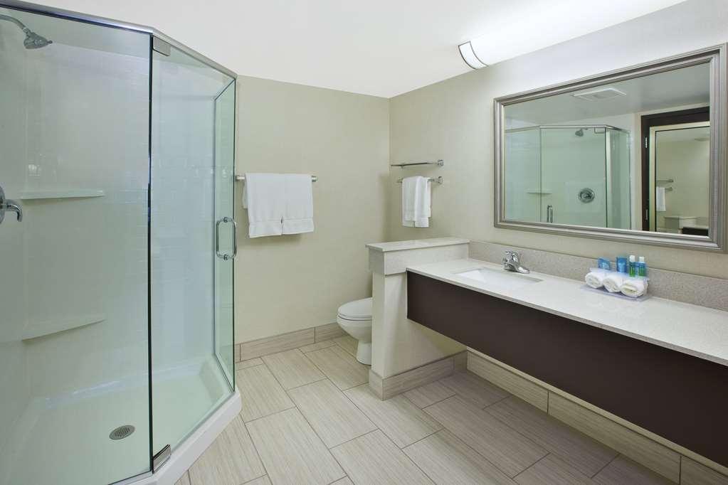 Best Western Okemos/East Lansing Hotel & Suites - Suite Bathroom