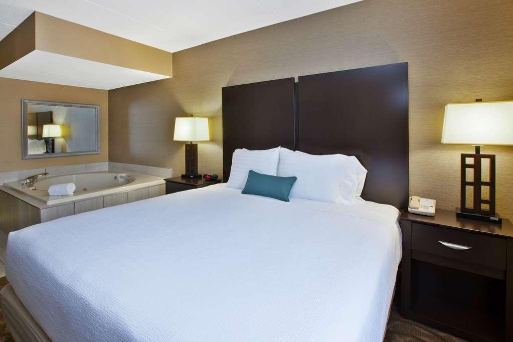Best Western Okemos/East Lansing Hotel & Suites - King Jacuzzi Room