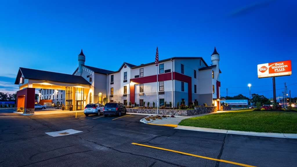 Best Western Plus Grand Castle Inn & Suites Grand Rapids West - Facciata dell'albergo
