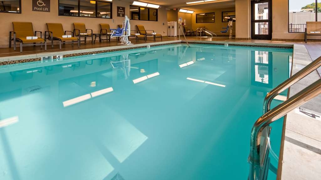 Best Western Plus Grand Castle Inn & Suites Grand Rapids West - Piscina