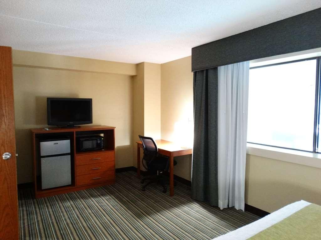 Best Western Warren Hotel - King Guest Suite Living Area