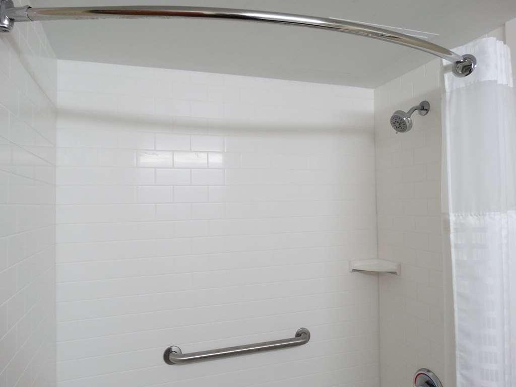 Best Western Warren Hotel - Standard Double Queen Guest Bathroom