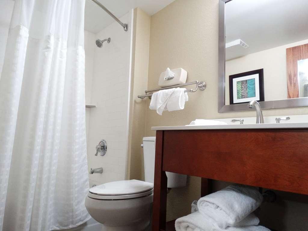 Best Western Warren Hotel - Standard King Guest Bathroom
