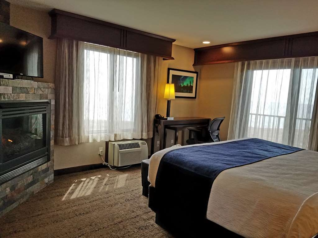 Best Western Plus Superior Inn - Corner fireplace room with spectacular panoramic Lake Superior view! This newly renovated room features a private balcony, sliding glass door, bathrobes and gas fireplace.
