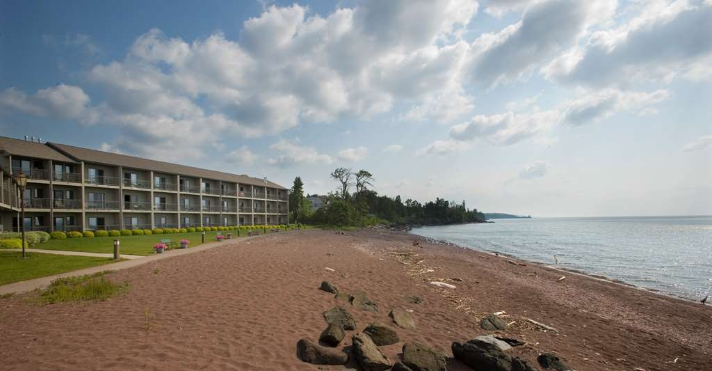 Best Western Plus Superior Inn - Stroll along our cobblestone beach listening to the roaring waves crashing on the shoreline.
