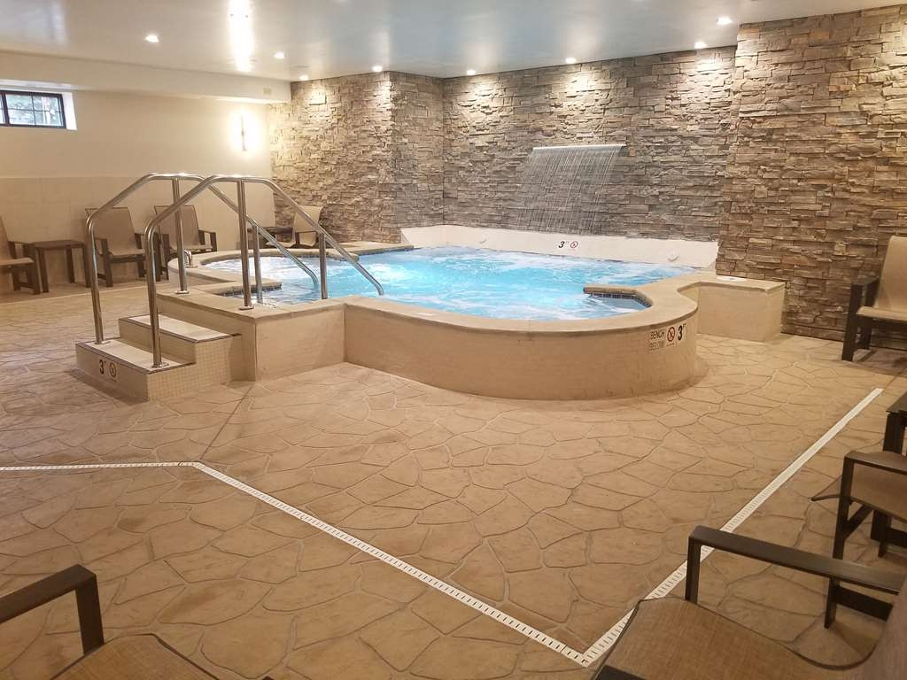 Best Western Plus Superior Inn - Unwind after an exhilarating day of North Shore activities in our indoor whirlpool.