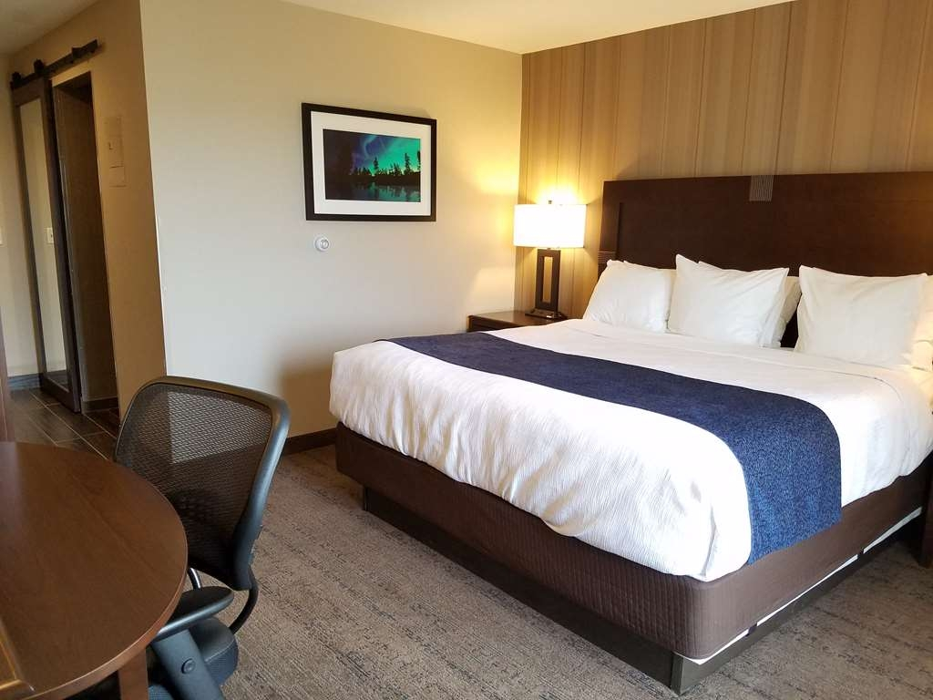 Best Western Plus Superior Inn - Standard lakefront wheelchair accessible room with one king bed and roll-in shower