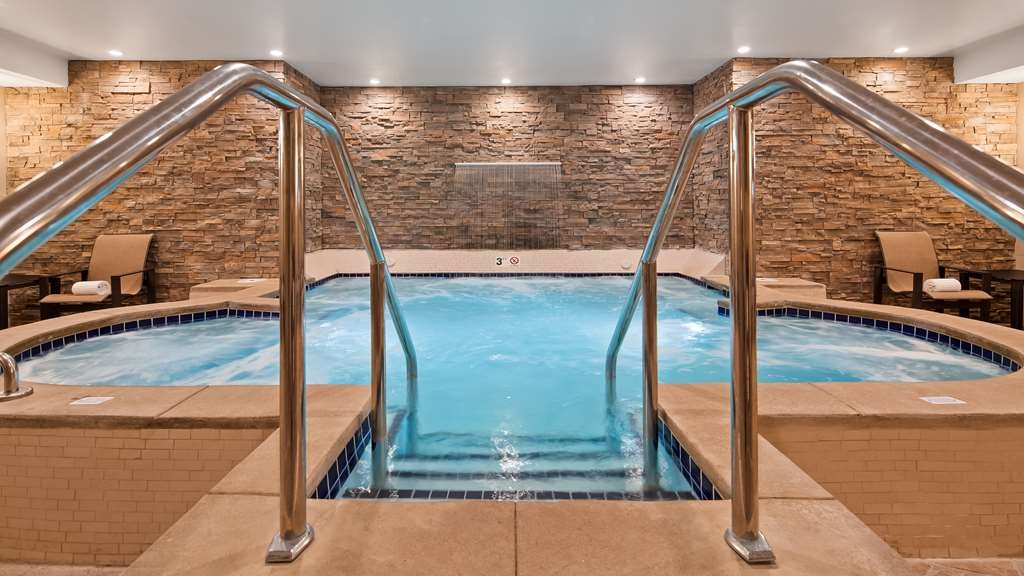 Best Western Plus Superior Inn - Take a well-deserved break in our relaxing whirlpool.