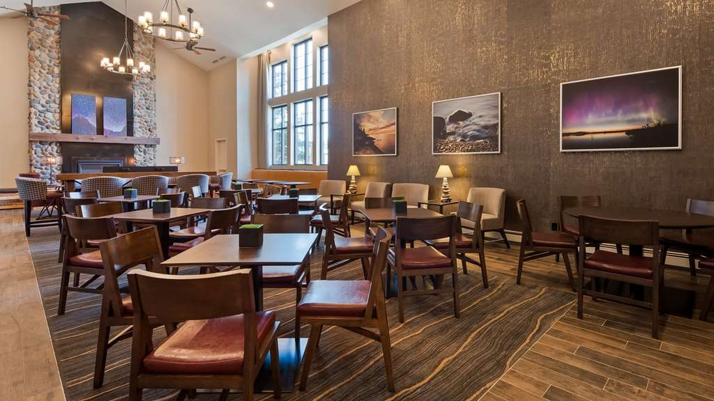 Best Western Plus Superior Inn - Our breakfast room offers intimate dining for couples and smaller groups.