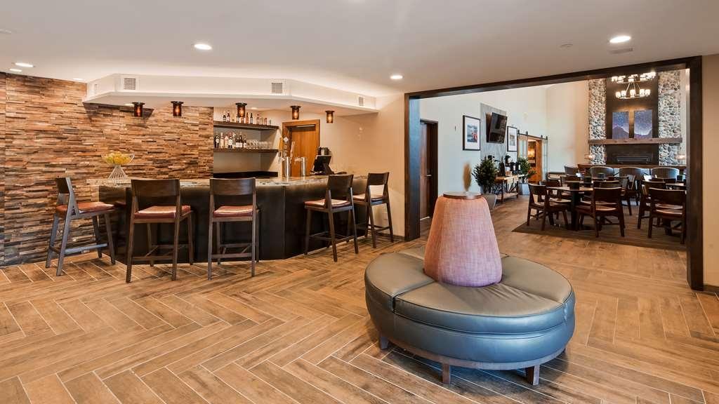 Best Western Plus Superior Inn - Vista del vestíbulo