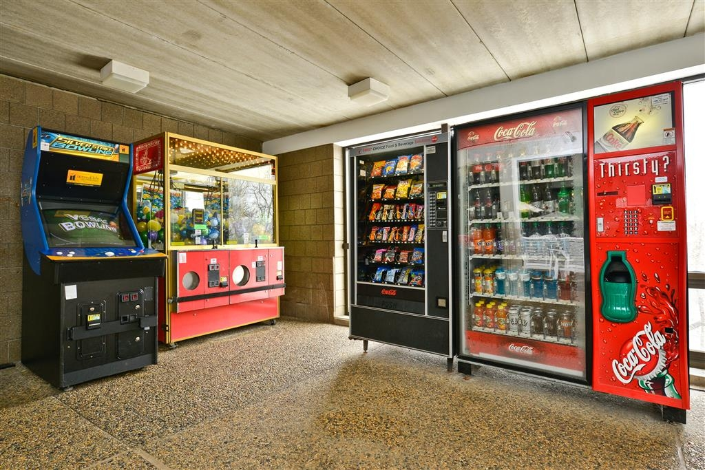 Best Western Plus Kelly Inn - Craving a snack or something to drink? Stop by our vending area featuring arcade games for the kids.