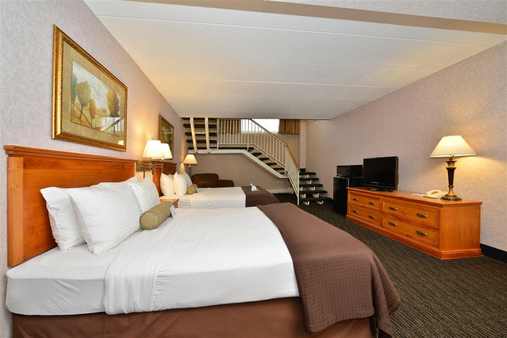 Best Western Plus Kelly Inn - Our lower 4 Queen bi-level suite is accessible by a flight of stairs within the guestroom.