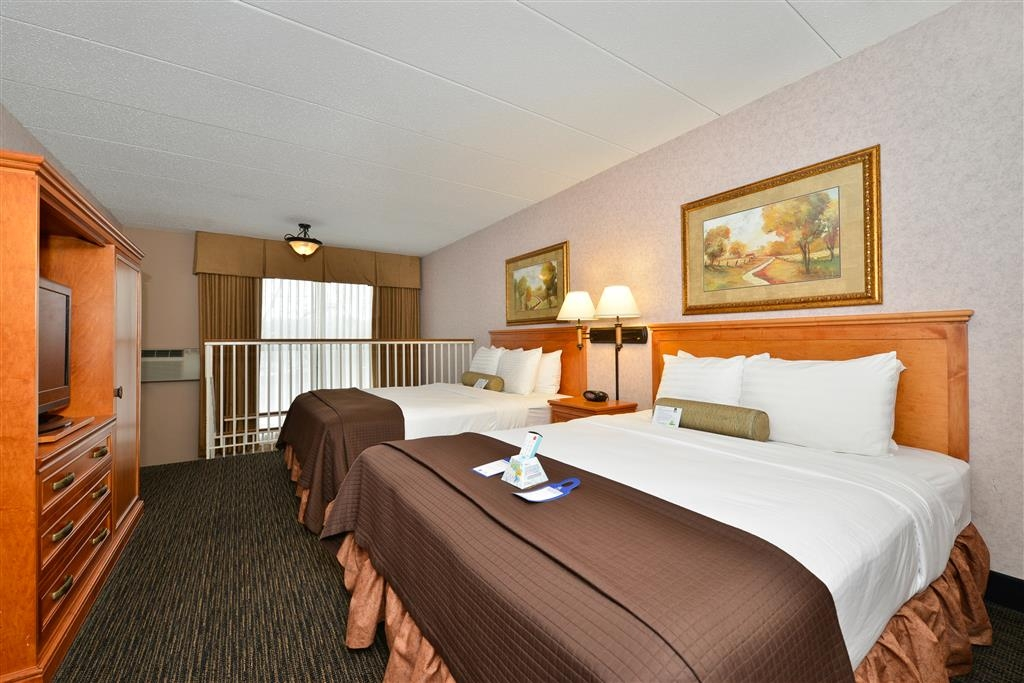 Best Western Plus Kelly Inn - Making room for the whole family is easy with 4 queen beds in this multi level suite.