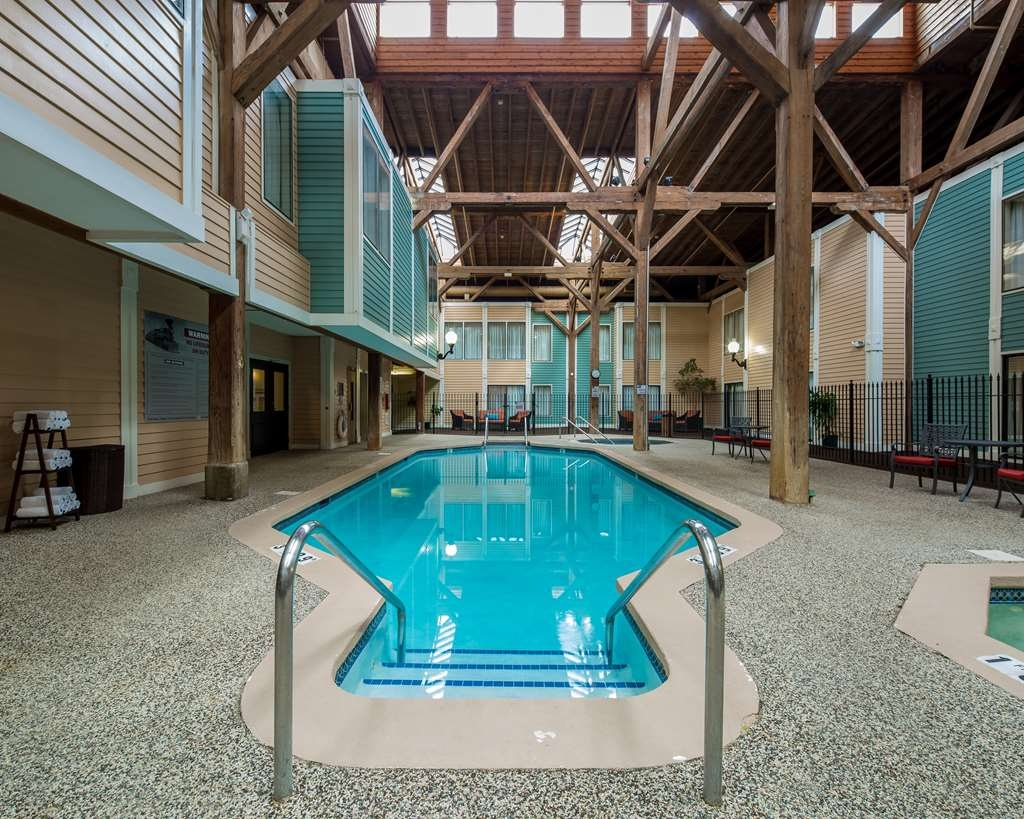 Best Western Plus Como Park Hotel - Don't let the weather stop you from jumping in! Our indoor pool is heated year-round for you and your friends.