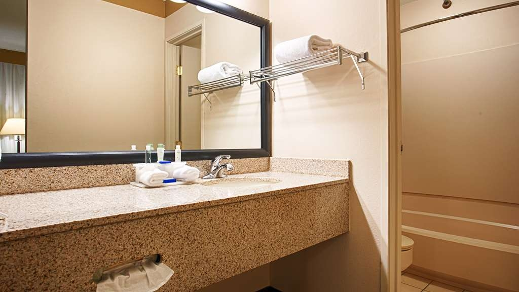 Best Western Plus Como Park Hotel - Pamper yourself in our modern designed guest bathrooms.