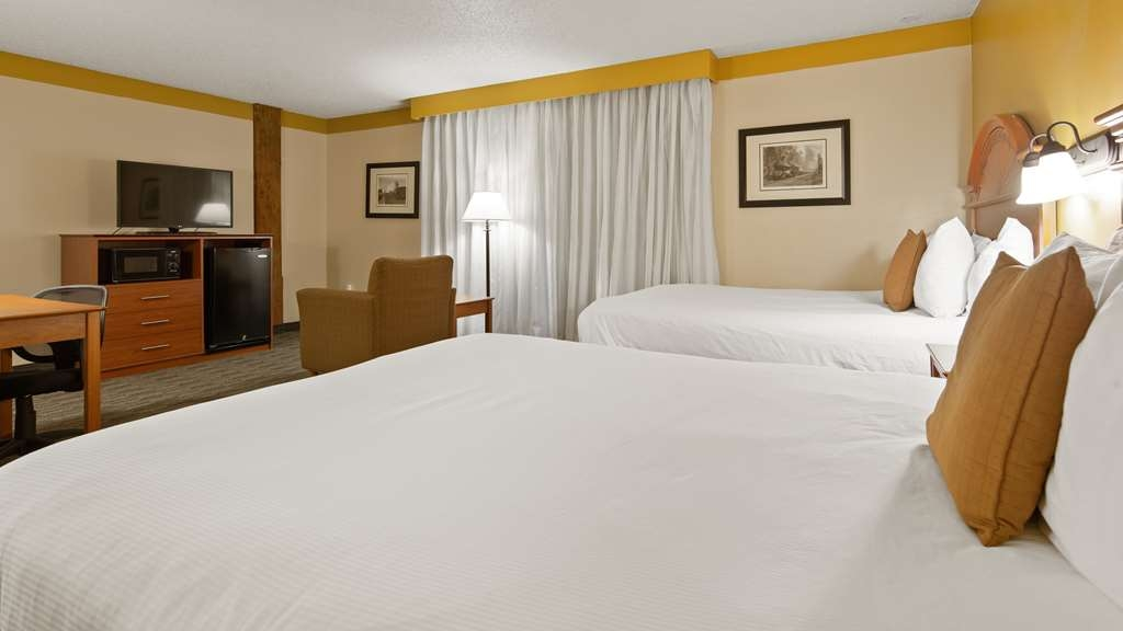 Best Western Plus Como Park Hotel - Our standard two queen guest room offers the comforts of home with a few added amenities that will make your stay extra special.