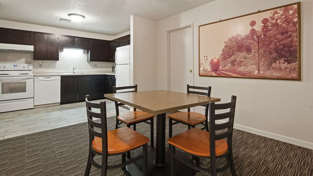 Best Western Plus Como Park Hotel - Our king suite was designed with an open concept, ensuring you have enough room without sacrificing comfort.