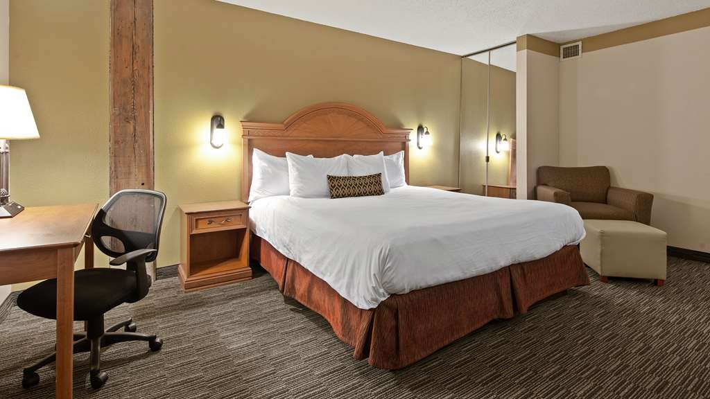 Best Western Plus Como Park Hotel - Designed for corporate and leisure traveler alike, make a reservation in this king guest room.