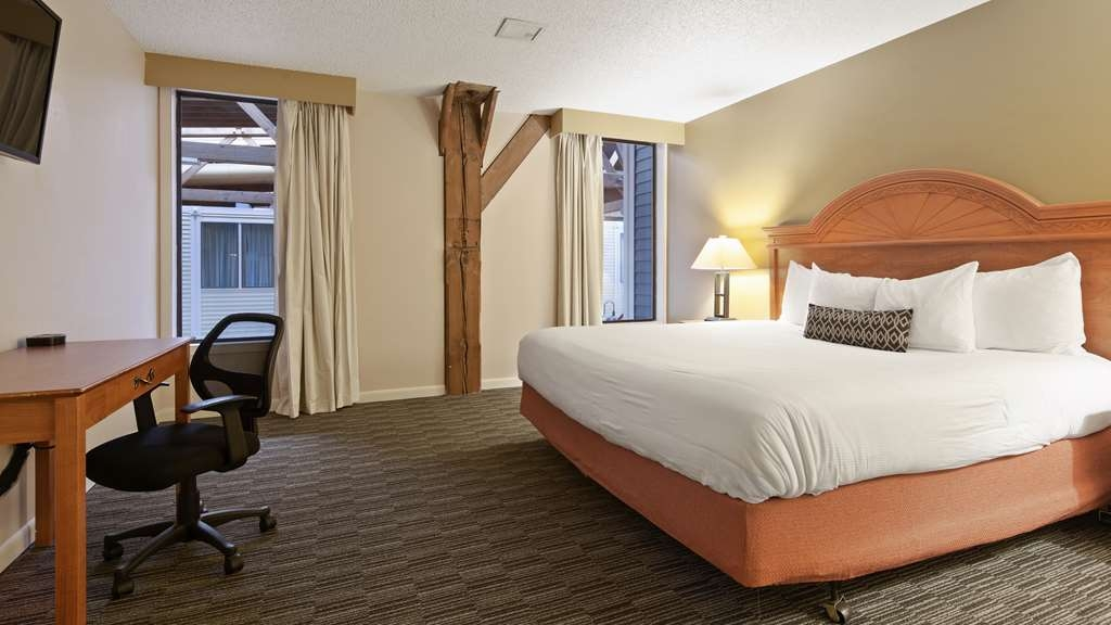 Best Western Plus Como Park Hotel - Indulge yourself in our warm, welcoming and inviting king suite.