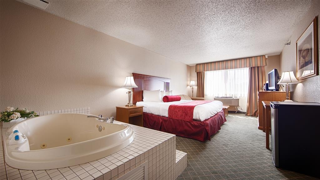Best Western Shakopee Inn - Experience a romantic getaway in our king with a whirlpool, designed for your relaxation and comfort.