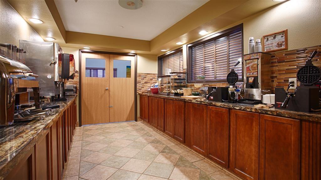 Best Western Alexandria Inn - Enjoy a balanced and delicious breakfast with choices for everyone.