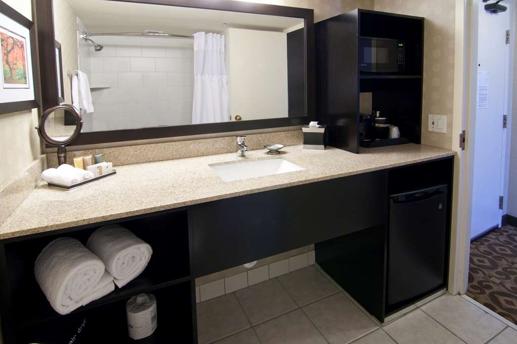 Best Western Premier Nicollet Inn - Enjoy getting ready for the day in our fully equipped guest bathrooms.