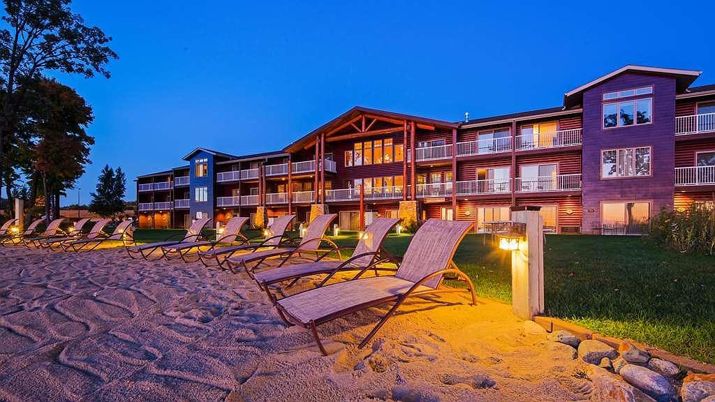 Best Western Premier The Lodge on Lake Detroit - Facciata dell'albergo