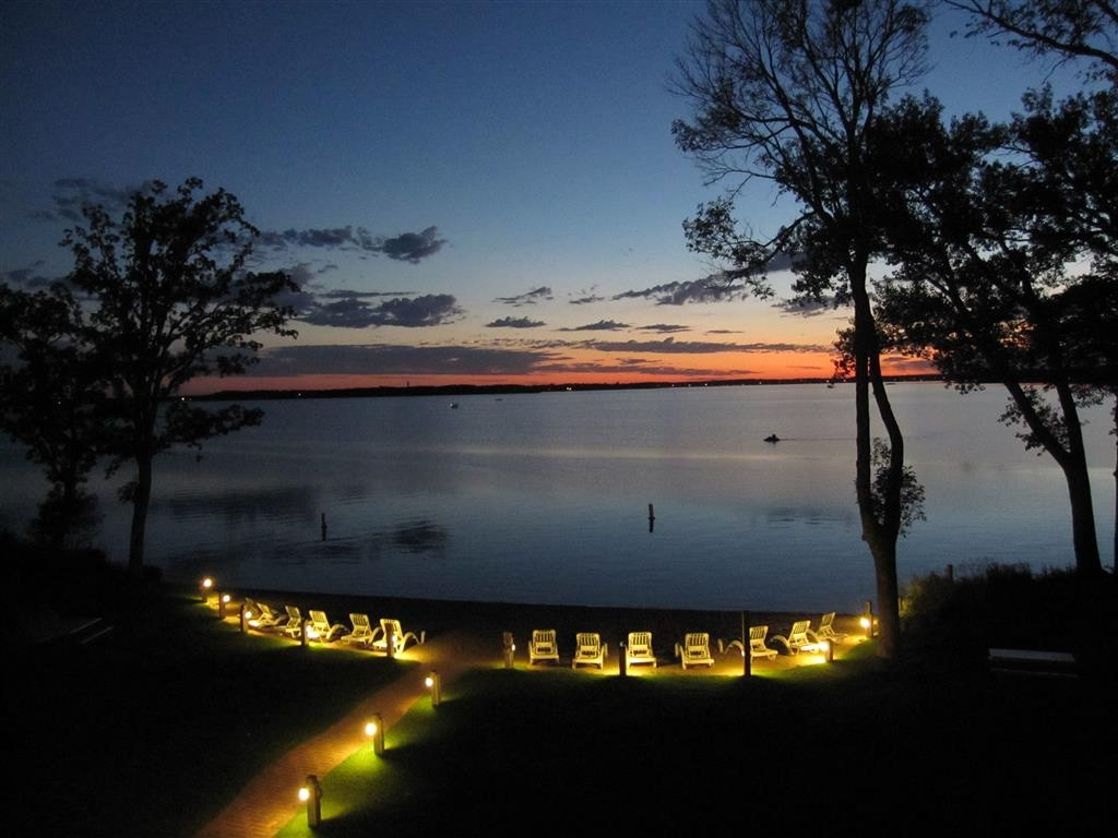 Best Western Premier The Lodge on Lake Detroit - All guest rooms feature spectacular sunsets.