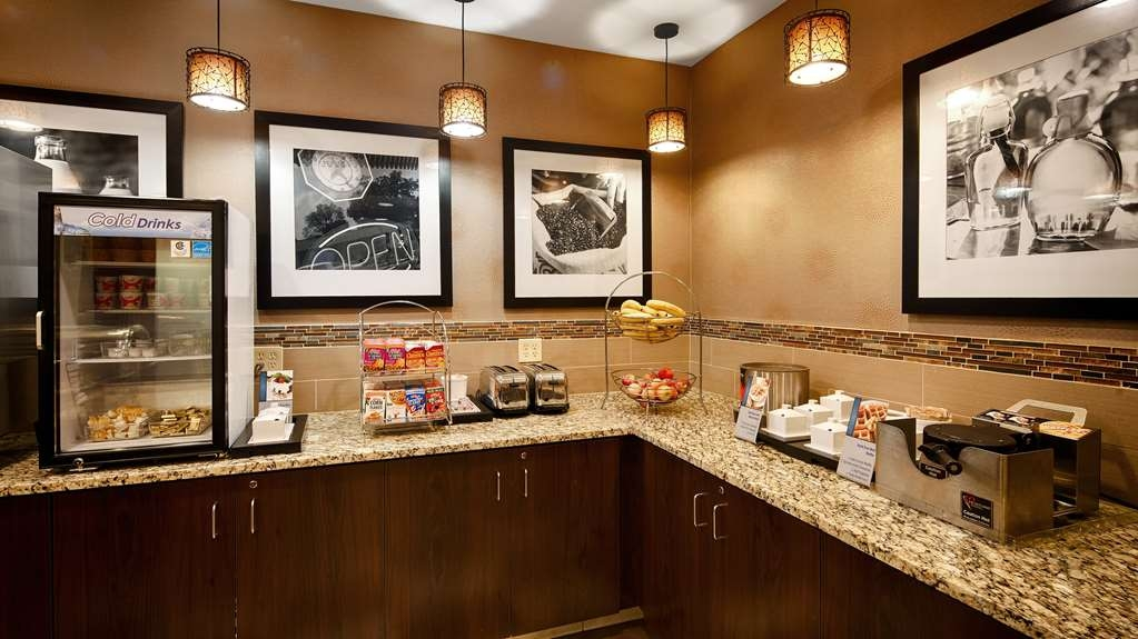 Best Western Plus St. Paul North/Shoreview - Enjoy the most important meal of the day in our breakfast area.
