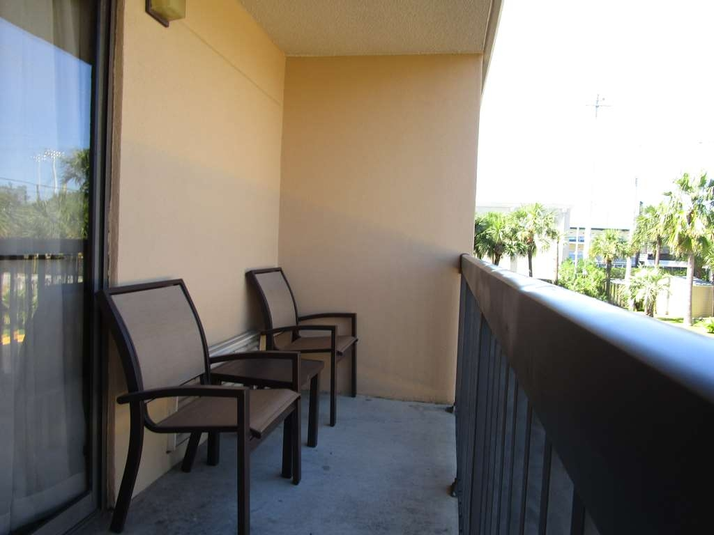 Best Western Oak Manor - Relax after a long day on your own private balcony.