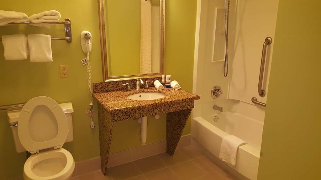 Best Western Seaway Inn - The Best Western Seaway Inn Gulfport Accessible Bathroom with tub
