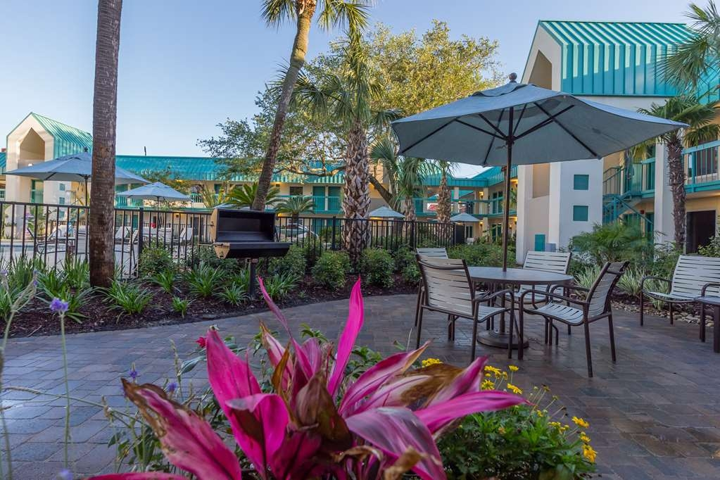 Best Western Seaway Inn - Throughout the Courtyard at the Best Western Seaway Inn Gulfport, BBQ Grills are available complimentary for guests to use.