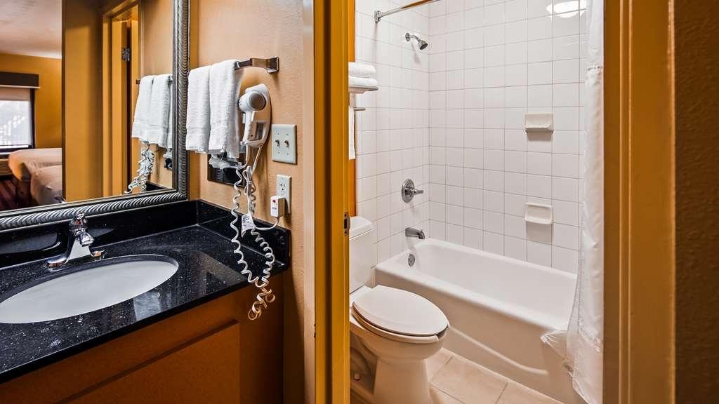 Best Western Flagship Inn - Guest Bathroom