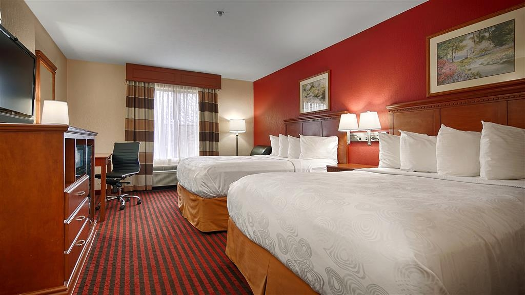 Best Western Canton Inn - Our spacious queen room has all the comforts of home at your fingertips.