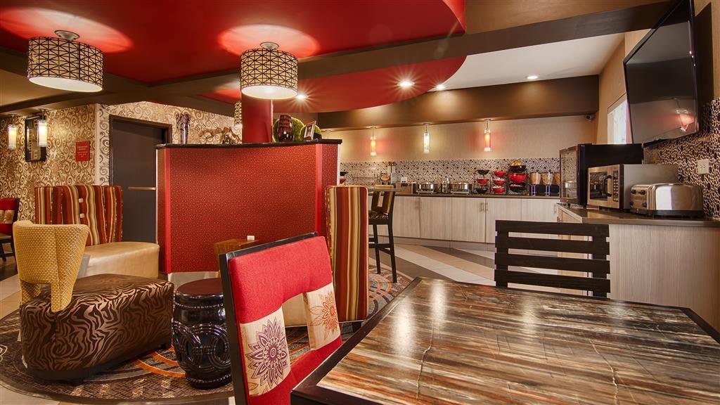 Best Western Plus Jackson Downtown-Coliseum - Mesas y sillas en la zona de desayunos