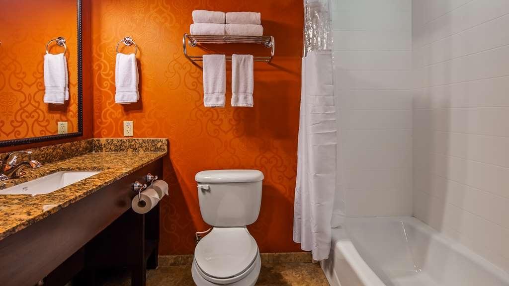 Best Western Plus Tupelo Inn & Suites - Guest Bathroom