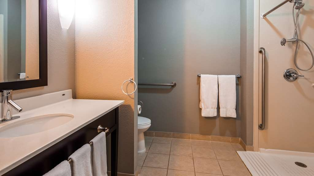 Best Western Plus Magee Inn and Suites - Accessible Bathroom