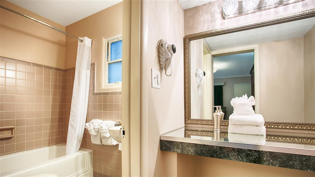 Best Western Route 66 Rail Haven - Enjoy getting ready in our guest bathrooms
