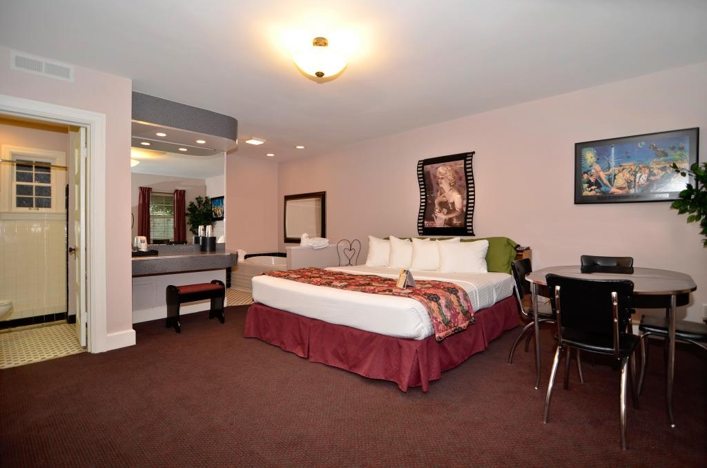 Best Western Route 66 Rail Haven - Marilyn Monroe Room - Slip into something a little more comfortable! Like a hot relaxing Jacuzzi® tub.