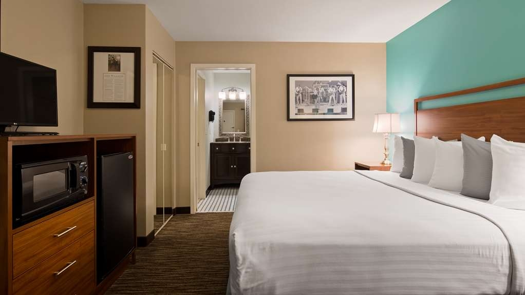 Best Western Route 66 Rail Haven - Enjoy relaxing in our King room with a whirlpool tub!