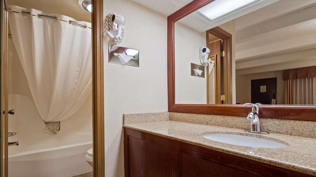 Best Western Montis Inn - Our guest bathrooms offer plenty of space to unpack all the essentials.