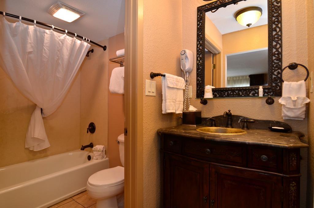 Best Western Plus Landing View Inn & Suites - Cuarto de baño de clientes