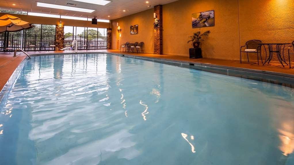 Best Western Plus Landing View Inn & Suites - Vista de la piscina