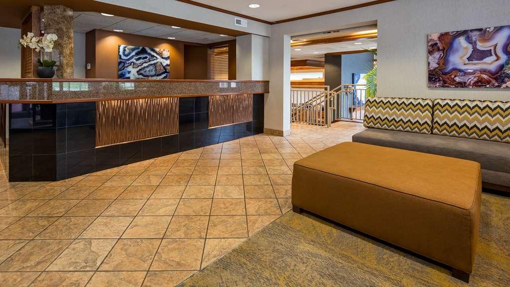 Best Western Plus Landing View Inn & Suites - Vista del vestíbulo