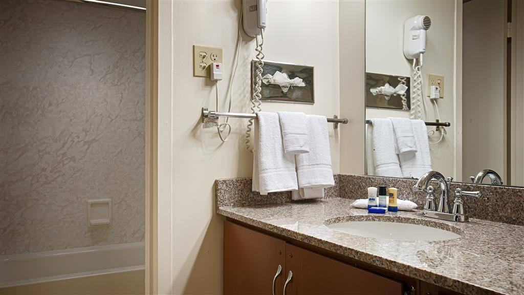 Best Western State Fair Inn - Enjoy getting ready in our guest bathrooms