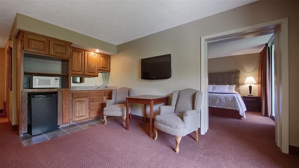 Best Western Branson Inn and Conference Center - Enjoy our king suite with a jetted tub, sofa bed and two flat panel televisions.